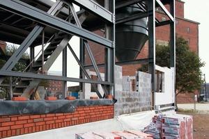 Je nach statischer Anforderung fachte man die Stahlkonstruktion mit Ziegeln, Betonschalsteinen oder Kalksandsteinen aus<br />