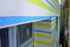 Im Rauputz sparten die Mitarbeiter des Holtmann Malerei Meisterbetriebs mit Streifen eine horizontale Wellenstruktur aus