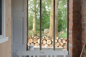 Mit einem Isolierglasfenster geschlossene Maueröffnung im Erdgeschoss<br />