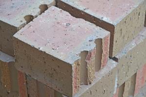 Rechts: Die Ziegel besitzen eine Sollbruchstelle und werden erst vor Ort auf der Baustelle gespalten
