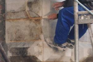 Rechts: Am Krantor Danzig werden Fugen mit eingefärbtem Mörtel wie ursprünglich neu verfugt<br />