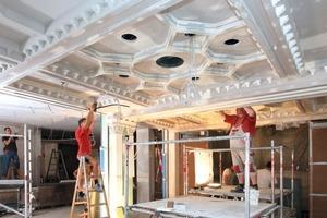 In dem auch als Durchgang dienenden Teil des Cafés stellten die Handwerker die alte Stuckateurkunst der Decke mit Gipskartonformteilen wieder her<br />