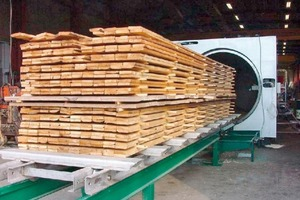 Oben links: Bei der Wärmebehandlung wird das vorgetrocknete Holz in einem geschlossenen System auf bis zu 250°C erhitzt