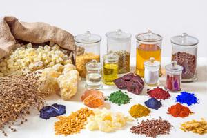 """Auswahl von Bindemitteln sowie mineralischen und pflanzlichen Pigmenten und Ausgangsprodukten<span class=""""bildnachweis"""">Foto: Auro</span>"""