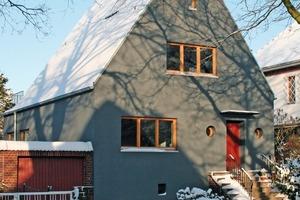 Dank WDV-System und grauem Farbanstrich mit einem Hellbezugswert von 14 wurde das Haus optisch und energetisch vollkommen saniert<br />