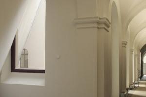Eine 10 cm breite Fuge trennt den Altbau innen von den schrägen Neubauwänden (links) und außen von der Stahlkonstruktion des vor die Fassade gesetzten Keils (rechts)