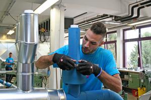 Daniel Petrovic, Bronzemedaillengewinner im Gewerk der Wärme-, Kälte- und Schallschutzisolierer, bei Rohrisolierungsarbeiten