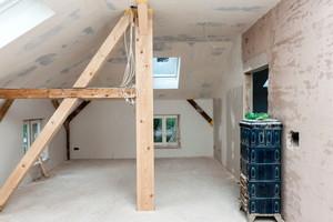 Rechts: Die Trockenbauelemente wurden im Dachgeschoss wie eine Gipskartonplatte verspachtelt und abgeschliffen