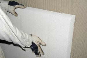 Eine mineralische Innendämmung verbessert den Wärmeschutz des Wandaufbaus und verhindert Kondensatfeuchte auf der Oberfläche