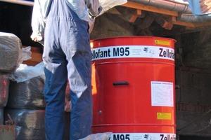 Vorbereitung: Die Wiesengraszellulose wird in die Einblasanlage gefüllt<br />