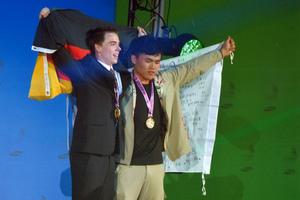"""Zwei Weltmeister: Andreas Schenk und Wen-Wei Lin aus Tiwan - die """"Doppelspitze"""" bei den Stuckateuren und Trockenbauern"""