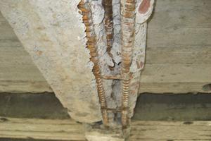 An der Betonrippendecke mussten die Handwerker die Risse und freiliegenden Bewehrungen überspachtelten …