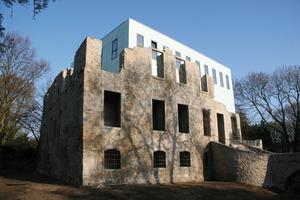 """<div class=""""99 Bildunterschrift_negativ"""">Anfang Mai wurde der so genannte """"Kubus"""" in der Ruine des Hauses Weitmar in Bochum eröffnet</div>"""