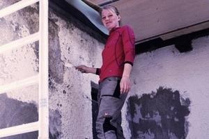 Wissen, was zählt: Katharina Hamburger, Gesellin im Kirchenmalerhandwerk, sorgte im und am Sanierungsobjekt in Bad Wiessee mit Alligator Spachtelmassen für den passenden Putzuntergrund