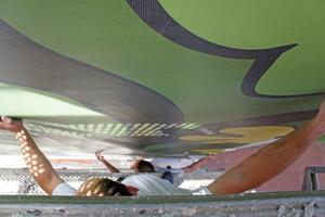 Rechts: Beim Anbringen des Kastanienmotivs waren mehrere Maler gleichzeitig im Einsatz