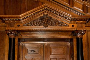 Die Raumschale der Villa Seligmann wird durch eine aufwendig gearbeitete Holzverkleidung dominiert<br />