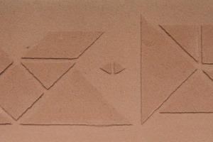 Einfache, wirkungsvolle Ornamente: Die chinesischen Tangram-Formen eignen sich gut für eine variable, zurückhaltende Schablonierung<br /><br />