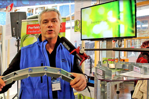 Gert Wessner zeigt wie biegbar die neuen Metallprofile sind