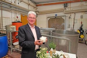 Dr. Hermann Fischer hat 1983 Auro gegründet – lange bevor ökologische Produkte zum Mainstream gehörten