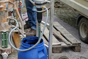 Einbringen des Estrichmaterials mit der PumpeFotos: Hasit