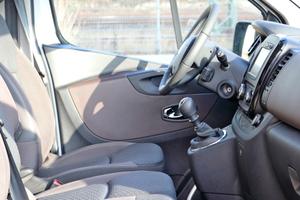 Rechts: Die Fahrerkabine bietet auch großen Menschen ausreichend Platz und Kopffreiheit