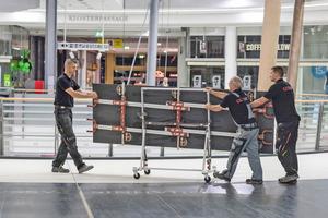 Die Großformatfliesen, von einem Fachhändler auf Maß geschnitten, werden zu ihrem Einsatzort gefahren