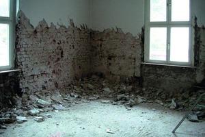 Der Feuchte ziehende, alte Gipsputz an den Innenwänden der Außenmauern in der Dicke von 30 bis 100 mm musste durch einen Sanier- beziehungsweise Kalkzementputz ersetzt werden<br />