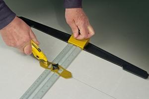Reißschiene, um perfekt rechte Winkel zu schneiden