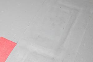 Zur Fugeninstandsetzung wurde ein geprüftes System mit Flüssigfolie plus Vlies dem Fugenprofil vorgezogen, da die Überfahreigenschaften komfortabler sind und Fehlstellen bei der Wartung besser erkannt werden<br />