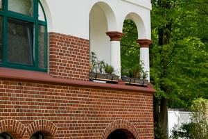 Auf solidem Klinkersockel erhebt sich ein vielgestaltiges energieeffizientes Mauerwerk mit weißem Anstrich und in Grün gehaltenen Fenstern – die über 100jährigen Häuser sind wieder jung geworden und tragen zeitgemäßen Wohnbedürfnissen Rechnung
