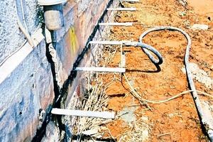 Zur statischen Absicherung werden Kunststoffkeile in die Schnittfuge getrieben<br />