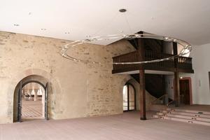 Hölzerne Treppenkostruktion vor einer Wand mit uraltem Kalkputzresten<br />