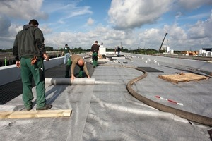 Auf der Flachdachdämmung verlegten die Handwerker Abdichtungs- sowie Wurzelschutz- und Dränmatten<br />