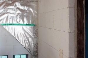 Verlegung der Innendämmung aus Mineralplatten in der Eingangshalle der Villa<br />