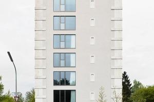"""Nach Abschluss der Umbauarbeiten zu Beginn dieses Jahres wirkt die Fassade des Hochbunkers mit ihrer Kombination aus den neuen großen dreigeteilten Aluminiumfenstern und den kleinen """"schießschartenartigen"""" Gewänden der blinden Fenster daneben wie endlich zu Ende gebaut Foto: hiepler, brunier für Euroboden"""