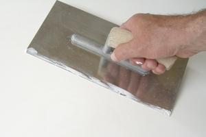 Der Gipsputz wird mindestens 2 mm dick aufgetragen