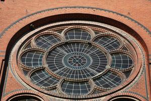Sanierte Rosette mit zum Teil neuen Formsteinen an einer Kirche in Leipzig<br />Foto: Lutz Reinboth