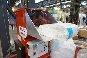 Beschickung der Einblasmaschine mit dem Mineralwolledämmstoff Knauf Insulation Supafil