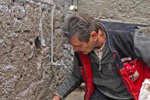 Mit Dichtmörtel wird eine wasserundurchlässige Verbindung zwischen Sockel und Bodenplatte hergestellt