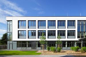 Mit großem Fensteranteil und gut gedämmter Fassade erreicht die Joachim-Schuhmann-Schule den Passivhausstandard<br />