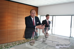 Geschäftsführer Peter König erläutert an einem Modell des Firmenstandortes Münster die Entwicklung des Unternehmens Brillux<br /><br />