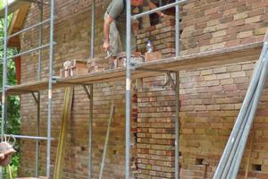 """Aufmauern eines Stützpfeilers auf der Westseite mit Abbruchziegeln<span class=""""bildnachweis"""">Fotos: Spooren Architekten</span>"""