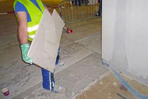 Auftrag des Mitteldickbettmörtels auf die Marmorplatten