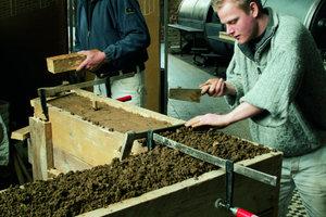 """<div class=""""4.6 Bildunterschrift"""">Ein Spezialgebiet der Bauhütte Knepper ist die Herstellung von Stampflehmwänden</div>"""