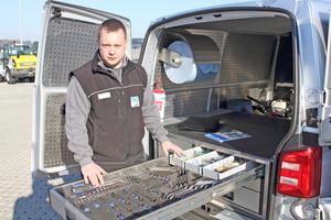 Baumaschinenmeister Timo Betz, Werkstattleiter bei DiTec, sieht in dem Schubladensystem von Aluca einen echten Volltreffer für seinen Service-Wagen VW T6⇥Fotos: Olaf Meier