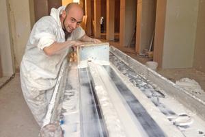 """Die Stuckzierprofile zogen die Handwerker mit Schablonen direkt auf der Baustelle<span class=""""bildnachweis"""">Fotos: Frings Montagebau / Saint-Gobain Rigips</span>"""