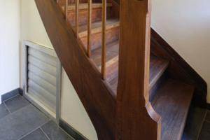 Die Einblasöffnung für das Treppenhausgebläse befindet sich unter der Treppe im Erdgeschoss