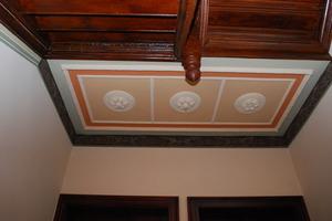 Saniert: Unterseite eines Treppenpodestes mit Stuckrosetten<br />