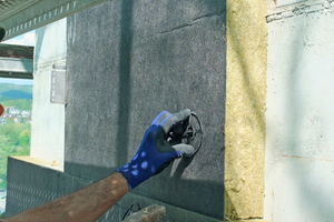Dämmstoffbefestigung im Detail: Nur zwei Finger sind nötig, um den Halteteller des zweiteiligen Dämmstoffhalters auf den Schaft aufzuschieben. Dadurch wird der so genannte Steppdeckeneffekt vermieden