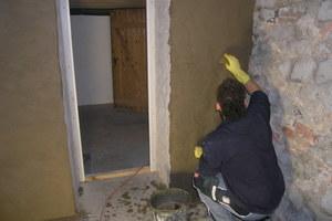 Verputzen des Kellermauerwerks mit Sanierputz